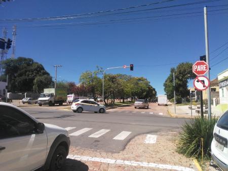 Semáforo é ligado na esquina da rua Benjamin Constant com Av Pinheiro Machado